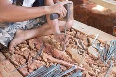 Artigiano tradizionale che scolpisce immagine di legno di Buddha Immagini Stock