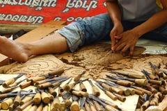 Artigiano tradizionale che scolpisce legno 2 Immagine Stock