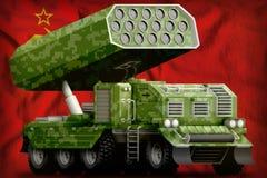Artiglieria di Rocket, lanciamissili con il cammuffamento di verde del pixel sull'Unione Sovietica SSSR, fondo della bandiera naz Fotografia Stock Libera da Diritti