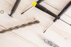 Artigo da ferramenta do trabalho na madeira cinzenta imagem de stock