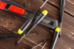 Artigo da ferramenta do trabalho na madeira marrom fotos de stock royalty free