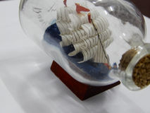 Artigo de vidro da decoração colocado no suporte Foto de Stock Royalty Free
