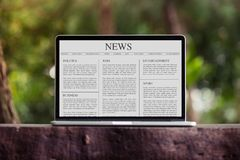 Artigo noticioso no conceito do portátil/tela de computador fotos de stock royalty free