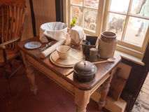 Artigos antigos velhos e originais da parte superior de mesa de cozinha na exposição no berço Imagem de Stock