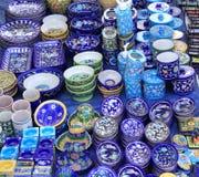 Artigos cerâmicos azuis indianos bonitos na exposição para a venda foto de stock royalty free