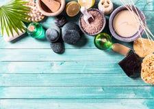 Artigos da aromaterapia arranjados no fundo Imagens de Stock Royalty Free