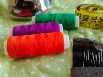 Artigos da costura - linha colorida, botões, fita de medição, agulhas Imagem de Stock