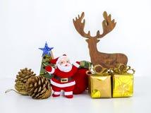 Artigos da decoração da árvore de Natal no fundo branco Fotos de Stock Royalty Free