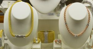 Artigos da joia na venda na janela da loja Fotos de Stock Royalty Free