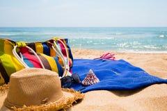 Artigos da praia das mulheres na praia Imagens de Stock