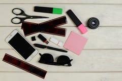 Artigos de papelaria, óculos de sol, telefone, cartão de memória Flash, filme fotografia de stock