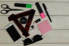 Artigos de papelaria, óculos de sol, telefone, cartão de memória Flash, filme fotos de stock