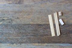 Artigos de papelaria ajustados no fundo de madeira velho da tabela Imagem de Stock
