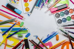 Artigos de papelaria coloridos em uma tabela branca em uma confusão clara Copie o espaço Textura Imagem de Stock