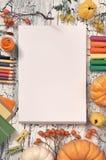 Artigos de papelaria da arte, decorações do outono, e fontes da arte, vista superior, Fotografia de Stock