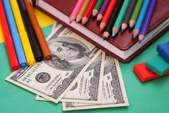 Artigos de papelaria da escola, cem notas de dólar Foto de Stock Royalty Free