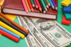 Artigos de papelaria da escola, cem notas de dólar Imagens de Stock