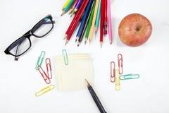 Artigos de papelaria da escola e maçã vermelha Imagens de Stock