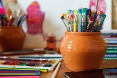 Artigos de papelaria da escola em um fundo colorido Fotos de Stock