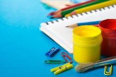 Artigos de papelaria da escola no azul Fotografia de Stock Royalty Free