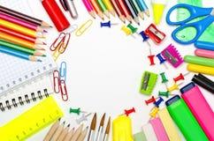 Artigos de papelaria da escola que quadro para a escola e o escritório Fotos de Stock Royalty Free