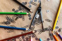 Artigos de papelaria diferentes no papel do artesanato Foto de Stock Royalty Free