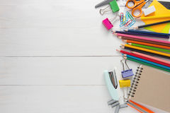 Artigos de papelaria e materiais de escritório da escola foto de stock