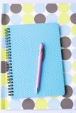 Artigos de papelaria e pena coloridos brilhantes Fotografia de Stock Royalty Free
