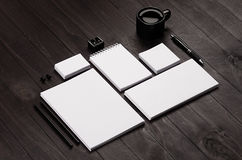Artigos de papelaria incorporados vazios no fundo de madeira à moda preto Fotografia de Stock Royalty Free