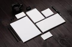 Artigos de papelaria incorporados vazios no fundo de madeira à moda preto Imagens de Stock
