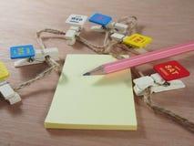 Artigos de papelaria, lápis cor-de-rosa, papel pegajoso com grampos Imagens de Stock