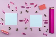 Artigos de papelaria para a escola da cor cor-de-rosa, dos membros e de símbolos matemáticos em um fundo cor-de-rosa foto de stock