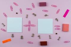 Artigos de papelaria para a escola do rosa e da cor vermelha, membros e símbolos matemáticos em um fundo cor-de-rosa Espa?o para  fotografia de stock