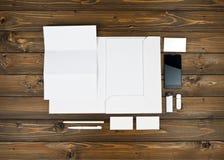 Artigos de papelaria vazios ajustados no fundo de madeira imagens de stock