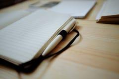 Artigos de papelaria vazios ajustados no fundo de madeira velho: cartões, brochura, caderno, bloco de notas e pena Estilo do vint Imagem de Stock Royalty Free