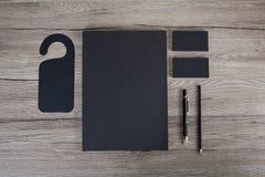 Artigos de papelaria vazios no fundo branco Consista em cartões, Foto de Stock Royalty Free