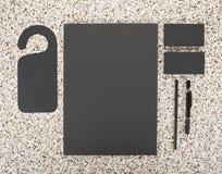 Artigos de papelaria vazios no fundo de mármore Consista em cartões, em cabeçalhos A4, em pena e em lápis Imagem de Stock