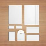 Artigos de papelaria vazios no fundo de madeira Fotos de Stock Royalty Free