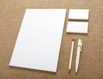 Artigos de papelaria vazios no fundo de serapilheira Consista em cartões Fotografia de Stock Royalty Free