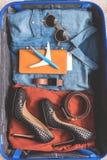 Artigos de roupa fêmeas na bagagem Fotografia de Stock