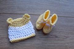 Artigos do bebê prematuro para o conforto e o calor Chapéu e montantes imagem de stock royalty free