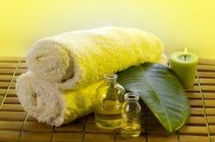 Artigos do cuidado do corpo na luz amarela Fotografia de Stock