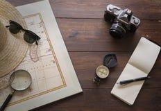 Artigos do curso com mapa e câmera Imagem de Stock Royalty Free