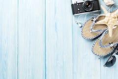 Artigos do curso e das férias na tabela de madeira Foto de Stock