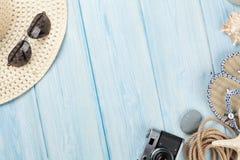 Artigos do curso e das férias na tabela de madeira Fotos de Stock