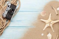 Artigos do curso e das férias na tabela de madeira Fotografia de Stock