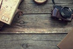 Artigos do curso e das férias na tabela de madeira Vista superior imagem de stock