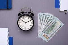 Artigos do negócio - caderno branco, caderno azul e dinheiro em um fundo cinzento fotografia de stock