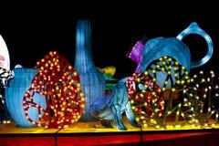 Artigos dos desenhos animados de caixas leves no parque na noite Imagem de Stock