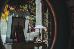 Artigos em uma loja em Phnom Penh, Camboja com uma reflexão de espelho fotografia de stock